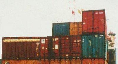 laschen von containern auf schiffen
